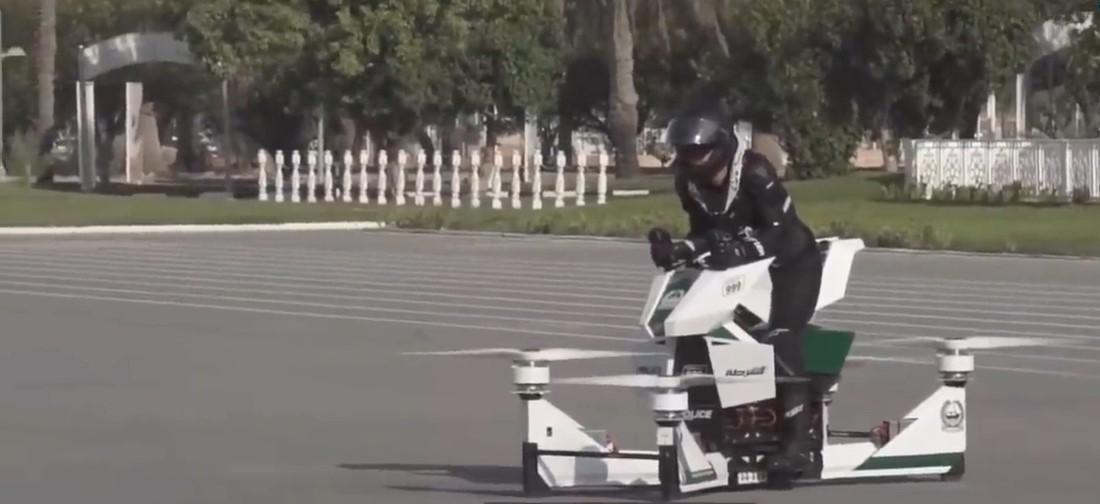 Dubaï : ce conducteur d'hoverbike a failli se faire décapiter par les pales des hélices de la moto volante lors d'un essai
