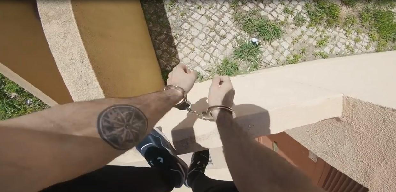 Lisbonne : cet homme réussit à échapper à la police en franchissant de nombreux obstacles, avec des menottes aux mains