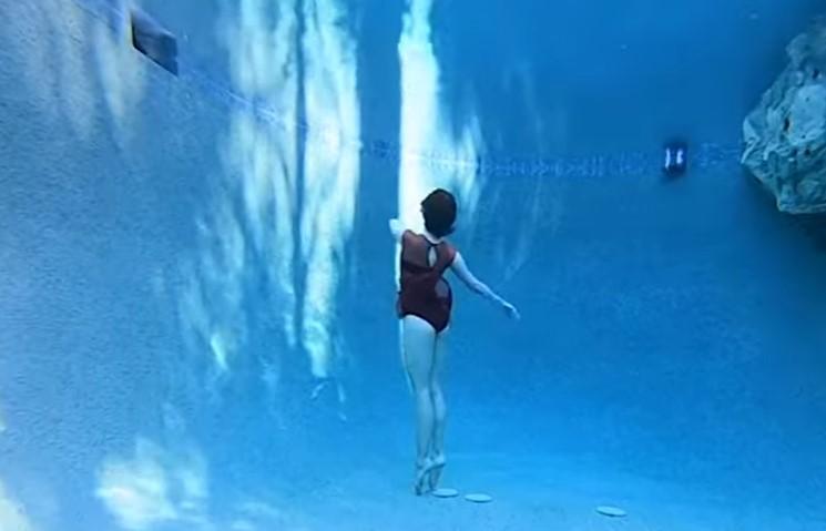 Cette femme exécute une incroyable danse sous l'eau
