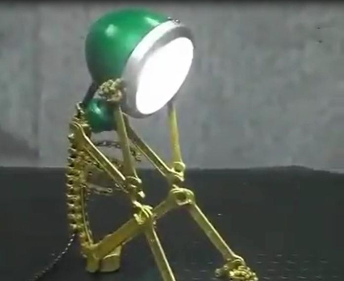 Cette personne fait de l'upcycling, elle fabrique des superbes lampes avec des objets usés ou usagés