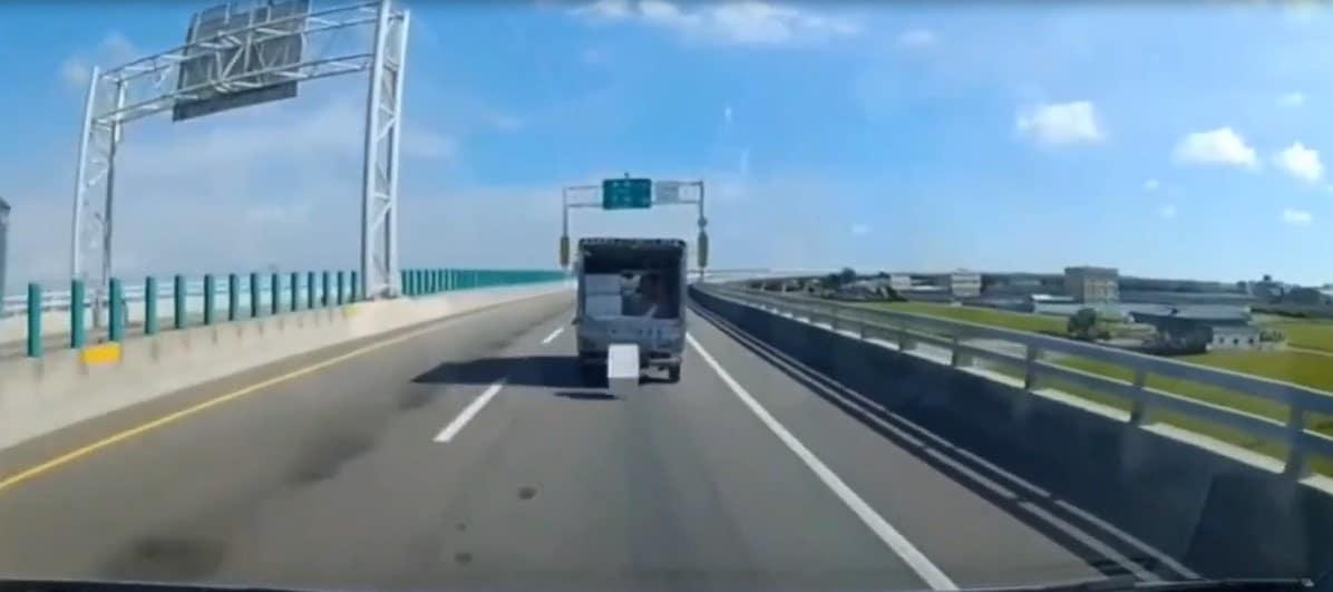 Impressionnant : sur une route, une mousse en plastique tombe de l'arrière d'un pick-up pour y revenir comme un boomerang