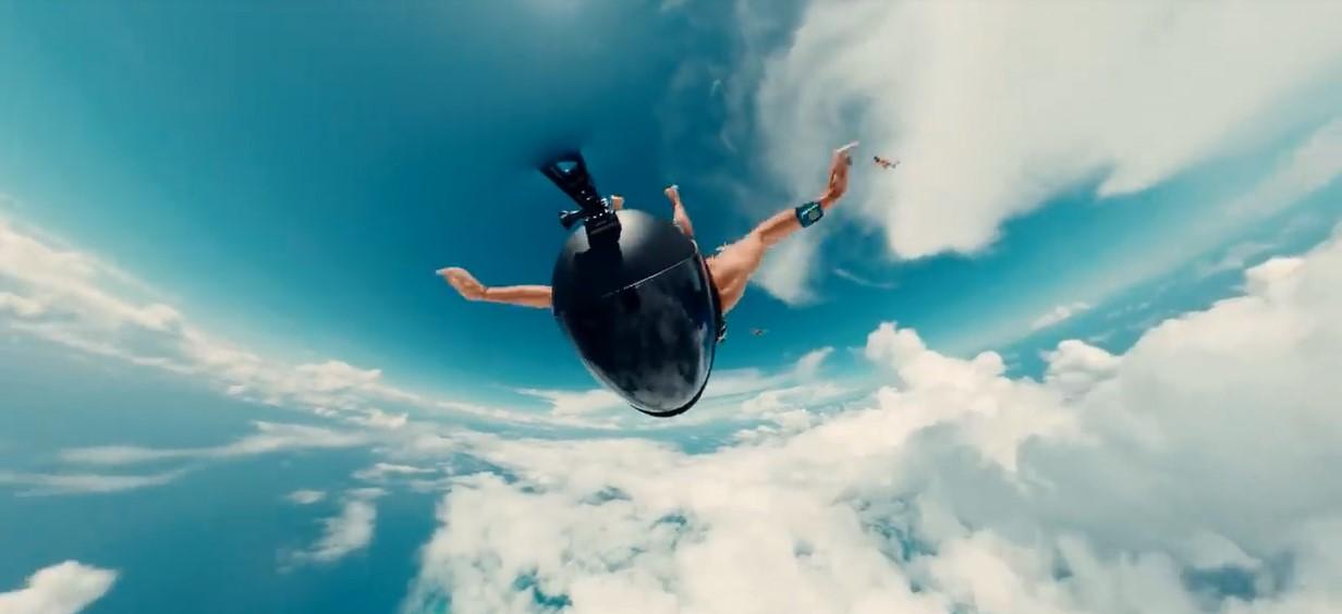 Ce parachutiste nous montre une vue impressionnante de son saut au-dessus du Grand Trou Bleu au Belize