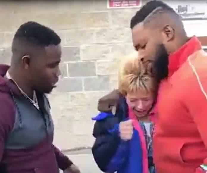Vidéo touchante : deux frères viennent en aide à une femme qui payait l'essence avec des pièces de monnaies dans une station