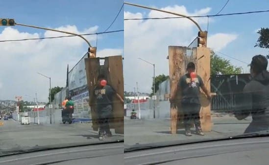 Ces deux hommes font un spectacle de lancer de couteaux dans la rue pendant que le feu est au rouge