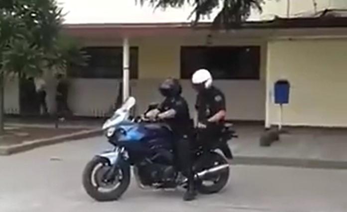 Ces deux motards voulaient faire une drôle d'expérience en s'interchangeant de place mais cela ne s'est pas passé de la meilleure des façons