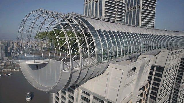 En Chine, le gratte-ciel horizontal ouvre sa première attraction, un pont d'observation en verre à près de 250 m du sol