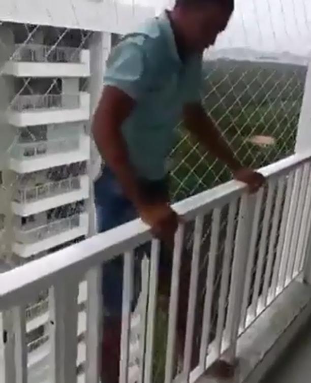 Cet homme saute depuis son balcon pour tester un filet et la vidéo est flippante !