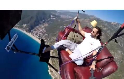 Il fait décoller son salon (canapé, TV) dans les airs avec un parachute