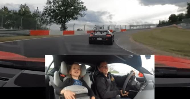 Il emmène sa fille de 6 ans sur le Nürburgring et elle n'arrête pas de parler