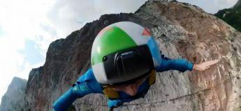 Impressionnant : ces base-jumpers sautent d'une falaise en Italie, font plusieurs secondes de chute libre avant de déplier la voile de leur parachute