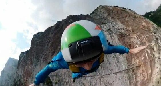 Ces base-jumpers nous montrent leur saut à partir d'une falaise en Italie.