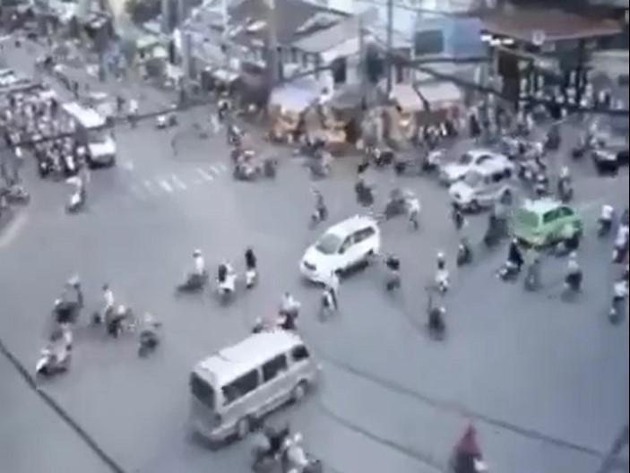 Un croisement sans rond-point, ni feu tricolore ni police