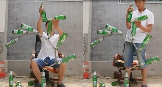 Cet homme pose fièrement devant une tour de bouteilles et de clés qui tiendraient en équilibre