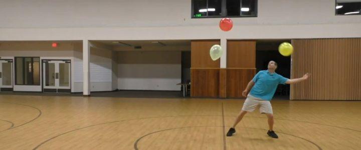Il maintient trois ballons en l'air pendant plus d'une heure