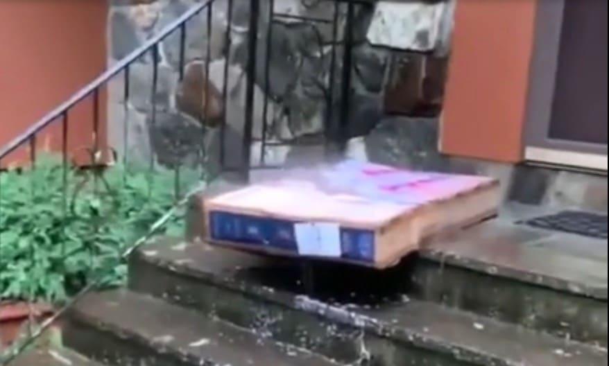 Le livreur a laissé l'écran plat commandé devant la porte, le propriétaire le retrouve trempé par la pluie