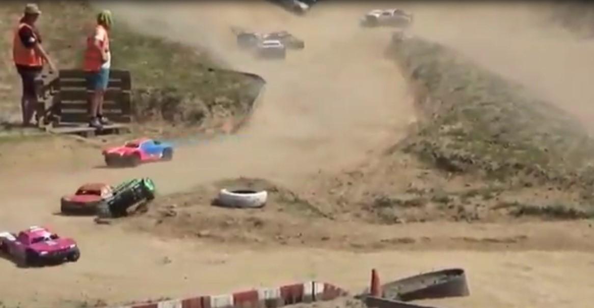 Des petites voitures radiocommandée font le spectacle en se lançant à toute allure dans une course