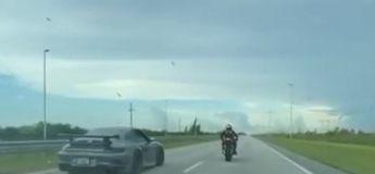 En voulant se mesurer à une Porsche 911, une moto part en vrille, le motard s'en sort indemne