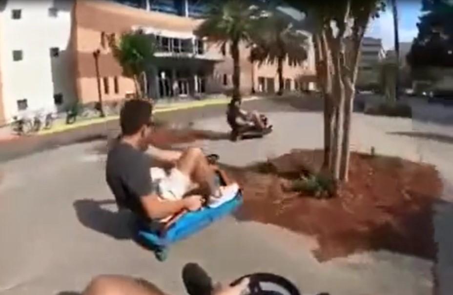En étant au volant d'un petit véhicule similaire à un karting, ces hommes font une course en ville.