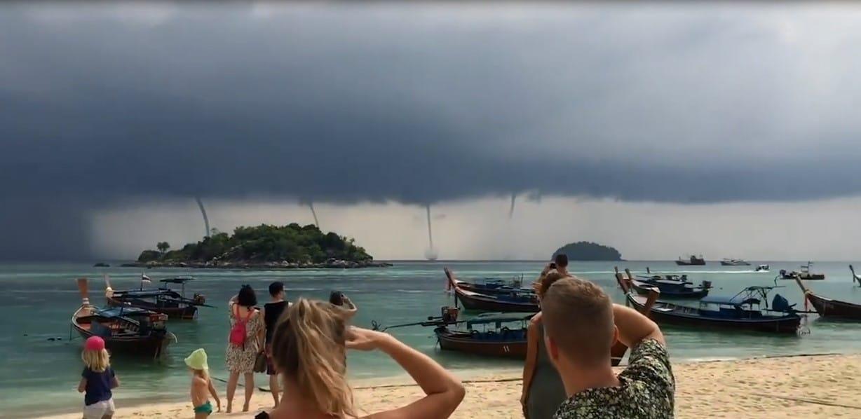 Ces touristes ont pu apercevoir quatre trombes marines en même temps sur une plage en Thaïlande