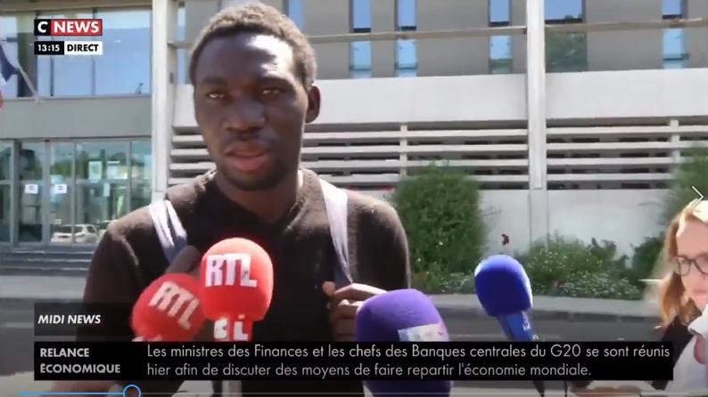 Des journalistes prennent d'assaut un homme noir croyant qu'il est le suspect dans l'incendie de la cathédrale de Nantes