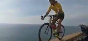 On a retrouvé Lance Armstrong, roulant au-dessus d'un rempart au bord d'une falaise