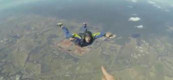 Prise d'une crise d'épilepsie en plein saut en parachute, cet homme a été sauvé par son ami