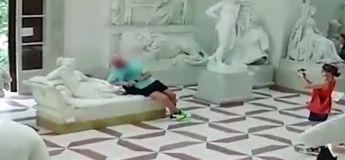 La vidéo de l'homme qui a endommagé une sculpture âgée de 216 ans en Italie, en faisant une photo dessus
