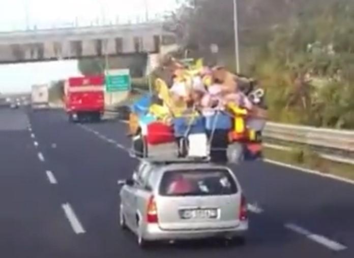 Une petite voiture transporte une grande quantité de bagages