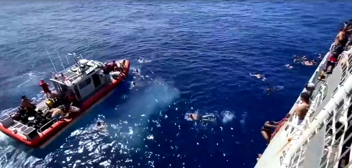 Des garde-côtes américains ont tirés sur des requins qui menaçaient des membres de leur équipe