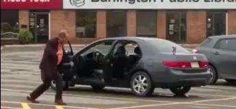 Il n'a pu se retenir d'exprimer sa bonne humeur, il a dansé à fond sur un parking sur What is Love