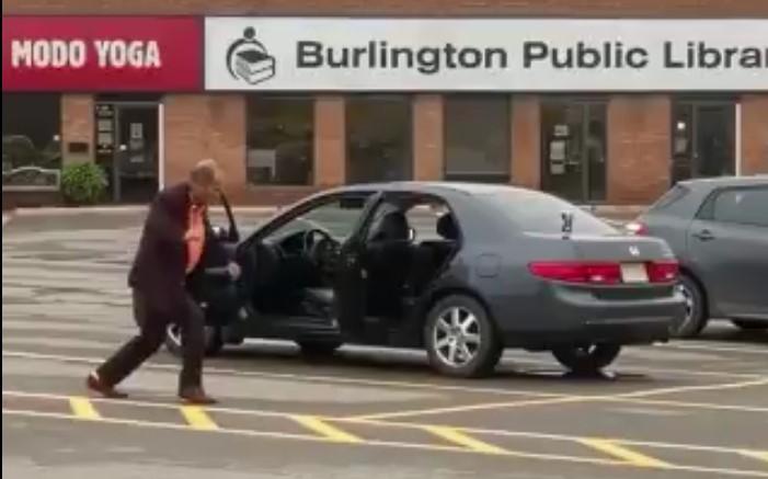 Cet Ontarien n'a pu su retenir d'exprimer sa bonne humeur et sa joie de vivre, il a dansé à fond sur un parking