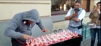 Impressionnant : cet artiste impressionne les passants en jouant de la musique classique avec ses verres d'eau