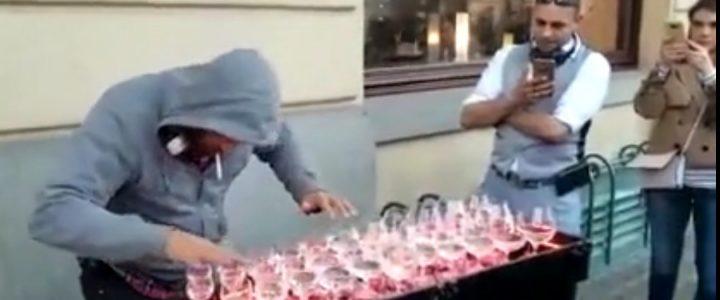 Cet artiste impressionne les passants en jouant de la musique classique avec ses verres d'eau