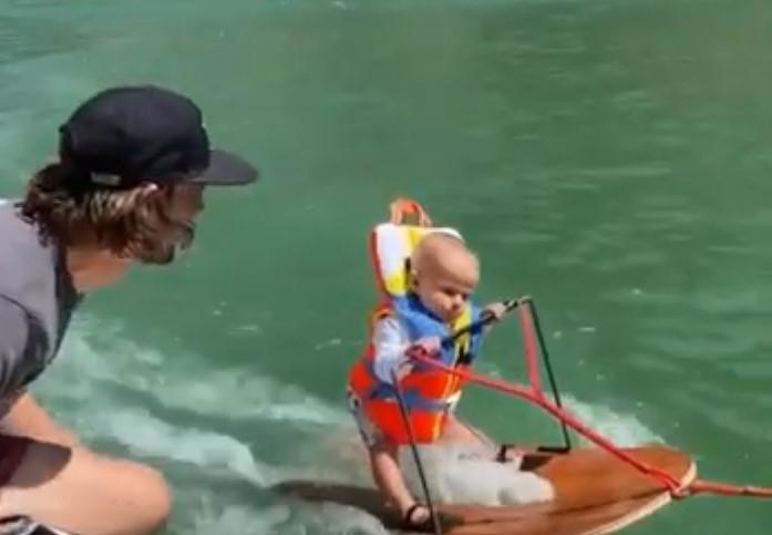 Un bébé de 6 mois et 4 jours fait du ski nautique, et bat le record du monde