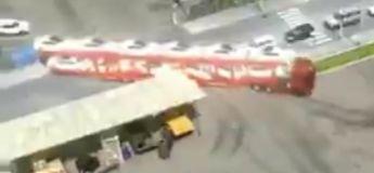 Ce chauffeur de camion réussit super bien à faire la manœuvre d'un camion avec 12 voitures sur son immense remorque