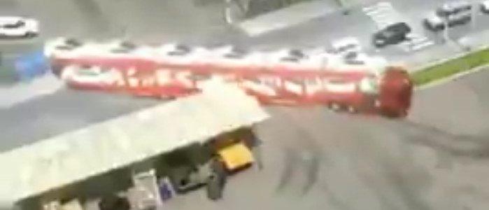 Ce chauffeur de camion réussit super bien à faire la manœuvre d'un camion avec 12 voitures à son bord !