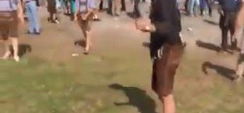 Cet homme ivre qui peine à enfiler sa chaussure vole la vedette et amuse les participants lors d'un événement