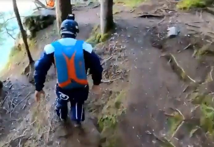 Ces hommes sautent en parachute d'une paroi rocheuse