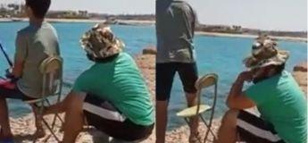 Cet homme se moque gentiment de son ami novice à la pêche à la ligne