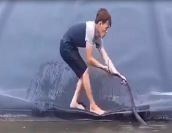 Ce jeune homme a tenté de sauver un serpent, mais un autre beaucoup plus grand est apparu