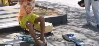 Cet homme sans mains et sans bras fabrique des voitures en jouets avec ses pieds