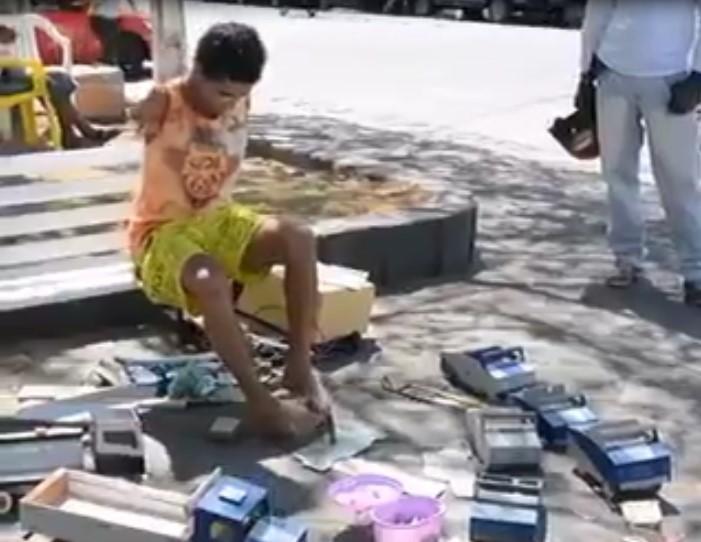 Cet homme sans mains et sans bras fabrique des voitures miniatures avec ses pieds