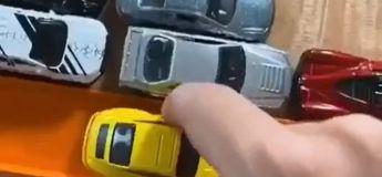 Cet homme teste les capacités des voitures de sport miniatures sur un circuit et il est disponible le mercredi soir !