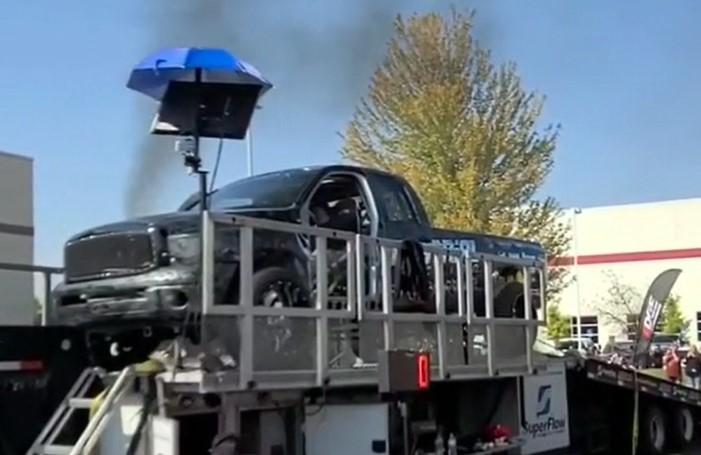 Une voiture explose alors qu'elle est testée sur un dynamomètre