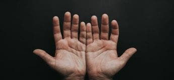 Savez-vous pourquoi nos mains laissent des traces sur les surfaces que nous touchons ?(vidéo)