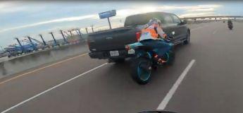 Etats-Unis : un motard a été heurté par un pickup qui roulait à 140 km/h, il s'en est sorti indemne !