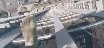 Avec un fond transparent, cette piscine installée sur le toit d'un appartement donne une superbe vue sur la rue en dessous