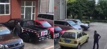 Cet homme a trouvé une solution pour sortir sa voiture d'un parking bloqué par une autre voiture