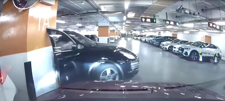 Sous l'effet de la panique, cette femme sort de la voiture sans même l'arrêter et endommage la porte