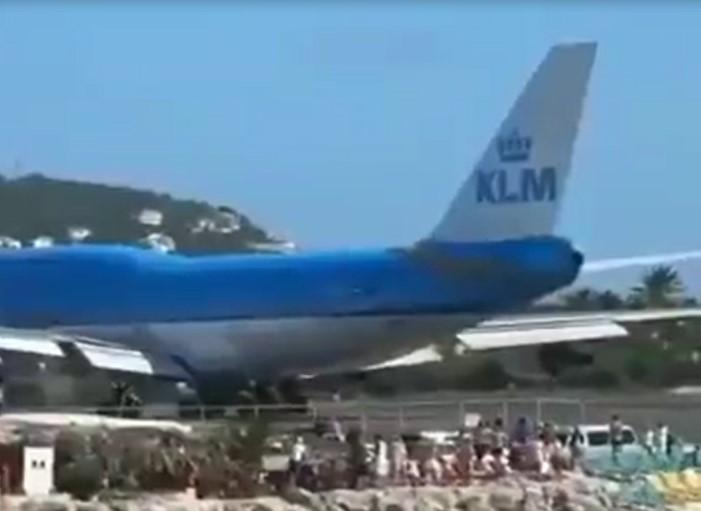 Cet avion décolle près d'une plage, et gâche l'ambiance des vacanciers qui profitaient d'un bon bain de soleil